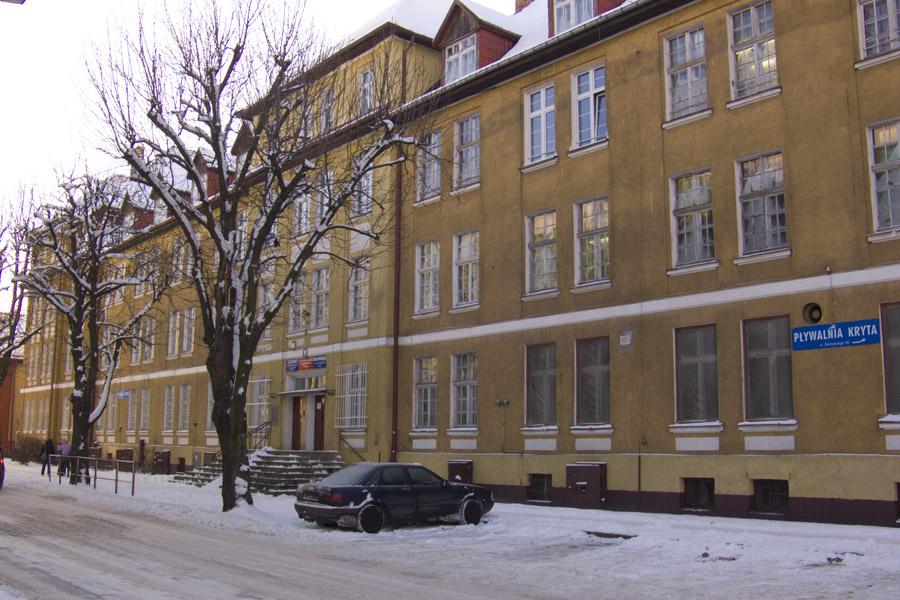 wejście do budynku, w którym mieści się Szkoła Policealna