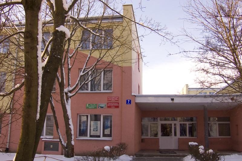 wejście do budynku Powiatowego Zespołu Obsługi Szkół i Placówek Oświatowych