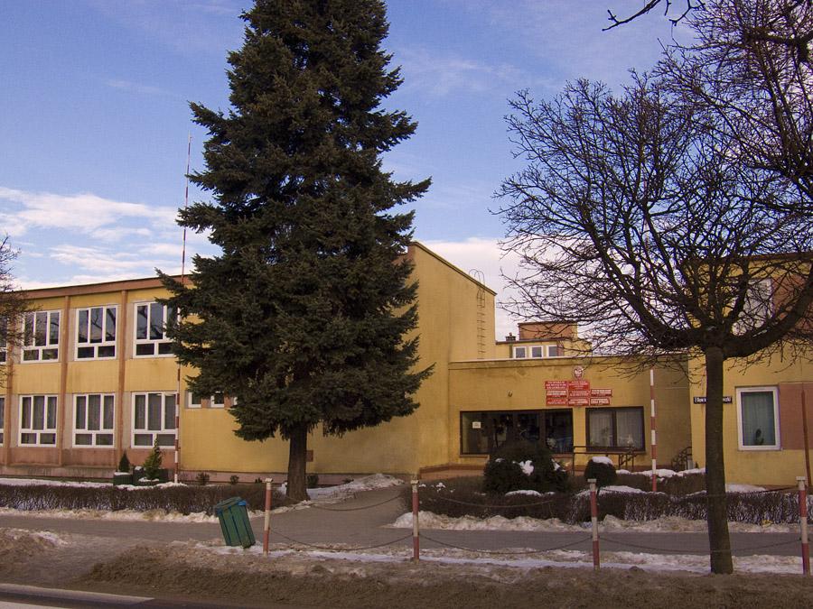 Wejście do budynku Zespołu Szkół Kształtowania Środowiska i Agrobiznesu